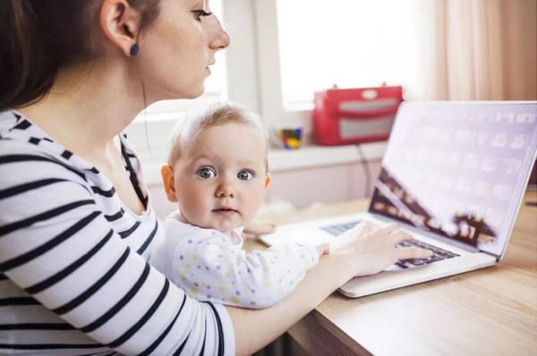 Работающие родители не смогут получать пособие по уходу